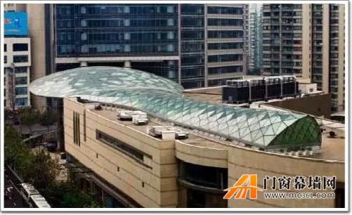 异形钢网壳主体结构的平面内,外变形较大,支撑构造也需特殊处理.